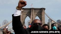 Дэманстранты на Бруклінскім мосьце ў Нью-Ёрку, 4 чэрвеня 2020 году