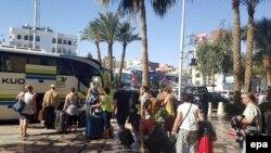 Զբոսաշրջիկները լքում են հարձակման ենթարկված «Բելա Վիստա» հյուրանոցը, Հուրգադա, 9-ը հունվարի, 2016թ.