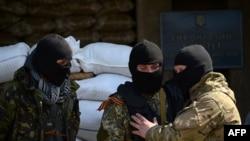Мужчины в масках рядом с баррикадами в Славянске. 18 апреля 2014 года.