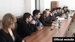 Үкіметтік емес ұйымдардың өкілдері полицейлермен кездесуге келіп отыр. Ереван, 28 ақпан 2012 жыл. (Көрнекі сурет)
