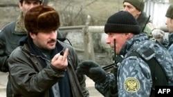Чеченец и российский военный, январь 2000