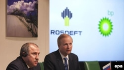 """Поначалу сделка между """"Роснефтью"""" и ВР выглядела радужно. (На фото - глава ВР Боб Дадли и президент """"Роснефти"""" Эдуард Худайнатов)"""