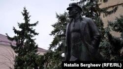 Statuia lui Lenin în fața administrației de la Comrat