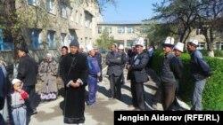 На снимке: родственники жертв взрыва в Баткенской области Киргизии