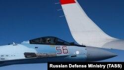 Винищувач Су-27 супроводжує над Балтійським морем пасажирський борт, на якому летить міністр оборони Росії Сергій Шойгу, 13 серпня 2019 року