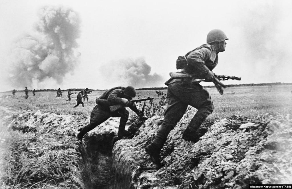 Чабуулга чыгып бара жаткан жоокерлер. 1-июнь, 1943-жыл.