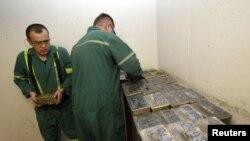 В одном из цехов золотодобывающей компании на Кумторе, июнь, 2011 г.