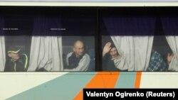 Prizonieri de război ucraineni într-un autobuz în așteptarea schimbului de deținuți, în apropierea localității Bahmut din regiunea Donețk