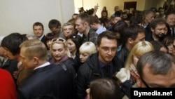 Цісканіна ў судовым калідоры на працэсе Андрэя Саньнікава