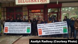 Türkmenistanda işlän döwri aýlyk haklaryny alyp bilmeýän türk işçileriniň protesti. 18-nji ýanwar, 2018 ý.