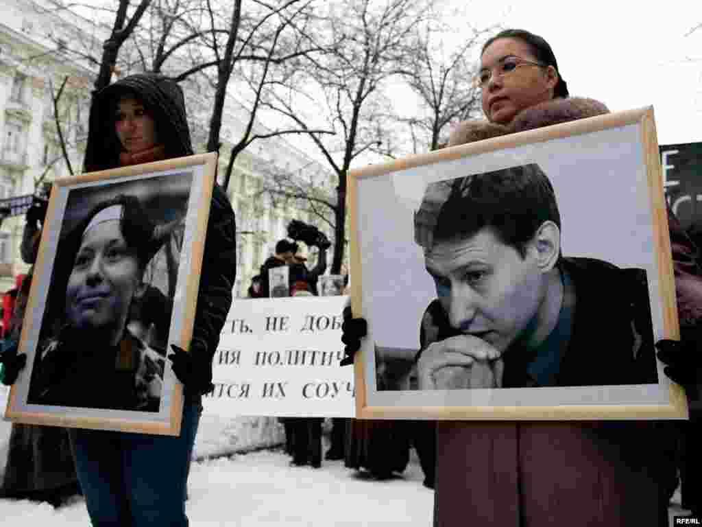 15 февраля 2009 года в Москве прошла акция памяти адвоката Станислава Маркелова и журналистки Анастасии Бабуровой, убитых в центре российской столицы месяц назад. Вначале сотни людей собрались у Дома журналистов у начала Никитского бульвара.