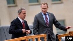 پاتریک شاناهان (سمت راست) تا پیش از تصدی مقام معاونت وزارت دفاع آمریکا هیچ تجربهای در امور امنیتی نداشت.