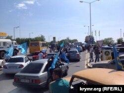 Симферополь, 18 мая 2015 года. Сотрудники полиции пытаются помешать автопробегу крымских татар, посвященный Дню депортации