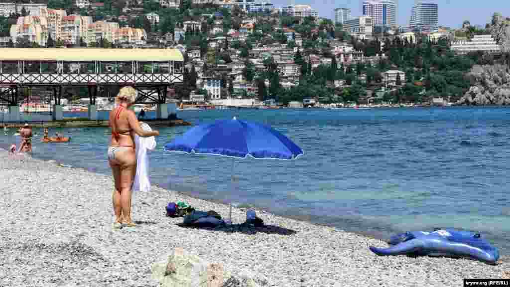 Пляжи в Гурзуфе переполненным не назовешь. Свободного места довольно много