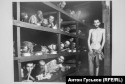 """""""Узники концентрационного лагеря Бухенвальд. Многие из заключённых умерли от истощения до освобождения"""". 16 апреля 1945 г. Фото Х. Миллер (Армия США)"""