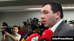 Интерес следственных органов к своим лидерам и активистам «Национальное движение» оценивает как попытку «Грузинской мечты» разгромить оппонентов перед муниципальными выборами, а также отвлечь внимание общественности от существующих проблем