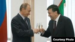 Премьер-министр России Владимир Путин и премьер-министр Узбекистана Шавкат Мирзияев после подписания ряда двусторонних документов, 2 сентября 2008