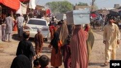 Pamje gjatë largimit të banorëve nga shtëpitë e tyre për shkak të ofensivës së ushtrisë pakistaneze kundër militantëve