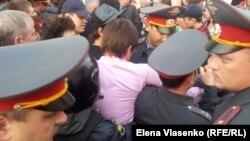Депутат Госдумы Дмитрий Гудков пытается установить палатку в Астрахани