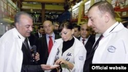 Президент Азербайджана Ильхам Алиев (справа) и его супруга Мехрибан Алиева на открытии сахарного завода Azersun Holding в Имишлинском районе. 23 марта 2006