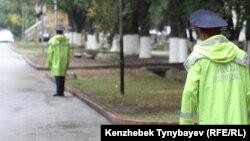 Жол полициясы қызметкерлері. Алматы, 12 қыркүйек 2010 жыл. (Көрнекі сурет)