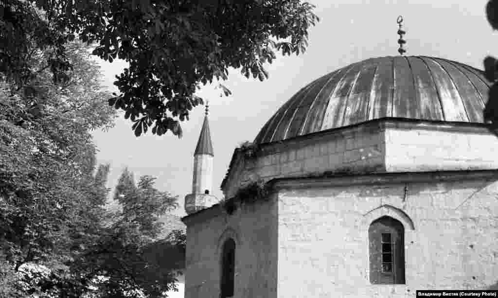 Из-за купола дюрбе (гробницы) виден минарет Большой ханской мечети