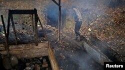 یک کارگر در حال کار در یک معدن غیرقانونی زغال سنگ در بوسنی