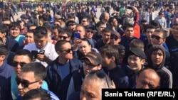 Атырау шаарында митингге катышкан жүздөгөн адамдар, 24-апрель, 2016