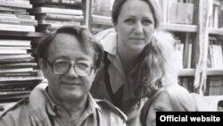 Belarus yazıçısı Ales Adamovich ailəsi ilə
