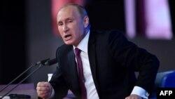 Президент России Владимир Путин отвечает на вопросы на своей пресс-конференции. Москва, 18 декабря 2014 года.