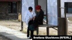 Женщина с девочкой на автобусной остановке в Астане. Иллюстративное фото.