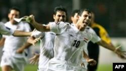 يونس محمود يحتفل بتسجيله هدف الفوز في مرمى السعودية عام 2007