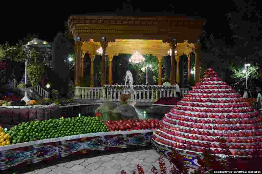 Территорию правительственной резиденции украсили инсталляциями из фруктов, которые выращивают в Таджикистане