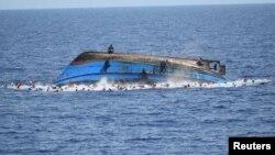 Италия жағалауына жақын маңда теңізде аударылған қайықта болған адамдарға көмекке келген құтқарушылар. 25 мамыр 2016 жыл.