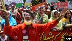 Пәкістанның Лахор қаласында өткен Еңбек күнгі наразылық шеруінен көрініс. 1 мамыр 2012 жыл