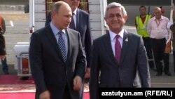 Президент Армении Серж Саргсян (справа) и президент России Владимир Путин в аэропорту «Звартноц», 14 октября 2016 г.