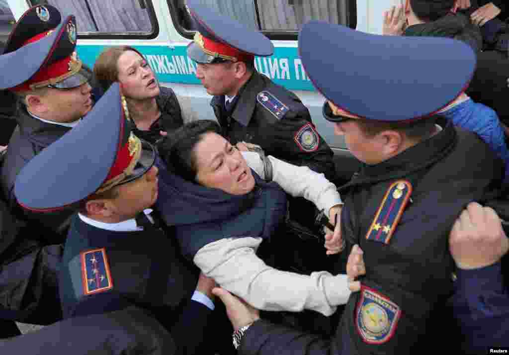 """Задержания в районе улиц Гоголя и Панфилова начались около 11:30 утра. Некоторые спрашивали уводивших их полицейских: """"Почему задерживаете? У вас что, нет родителей, детей?"""". Алматы, 22 марта 2019 года."""