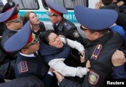Полицейские задерживают участниц антиправительственного выступления в Алматы. 22 марта 2019 года.