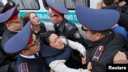 Полицейлердің наразыларды ұстау сәті. Алматы, 22 наурыз 2019 жыл.