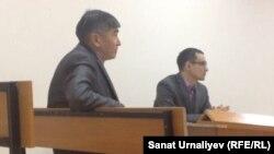Бывший начальник отдела строительства города Уральск Малик Еснияз (слева) во время судебных слушаний. Уральск, 24 ноября 2015 года.