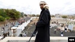 Повстанец-хусит в Сане, Йемен.