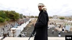 Вооруженный активист группировки хуситов в день похорон своих сторонников, погибших предположительно в результате авиаударов. Сана, 25 мая 2015 года.