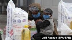 Një familje afgane ka marrë racione ushqimore falas. Herat, maj, 2020.