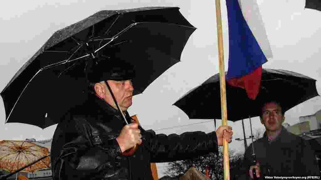 Rusiye bayrağınen faalci Lenin meydanında.