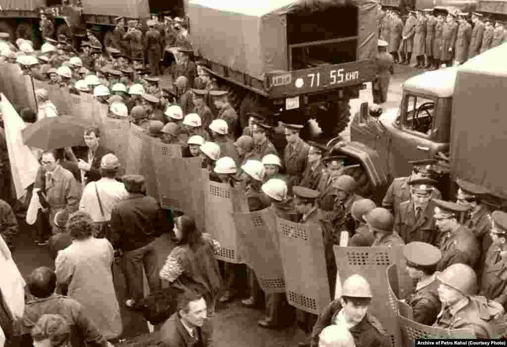 Міліція не пропускає демонстрантів до Лук'янівської в'язниці в Києві, де утримували народного депутата, колишнього політв'язня Степана Хмару, проти якого порушили карну справу, 1 травня 1991 року