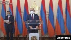 Премьер-министр Никол Пашинян (справа) и министр здравоохранения Арсен Торосян на брифинге после заседания комендатуры, 6 июля 2020 г.