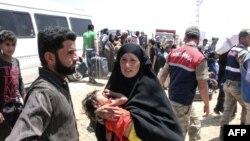 Refugjatët sirianë që kanë kaluar në Turqi nga qyteti Tal Abyad