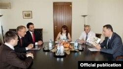 Министр экономики Армении Карен Чшмаритян принимает представителей компании Carrefour, Ереван, 18 июля 2014 г.