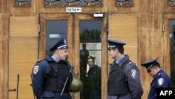 Милиция перед зданием Одесской областной администрации 5 мая 2014 года