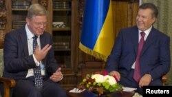Ուկրաինա-- Նախագահ Վիկտոր Յանուկովիչի (աջ) և ԵՄ հանձնակատար Շտեֆան Ֆյուլեի հանդիպումը, արխիվ